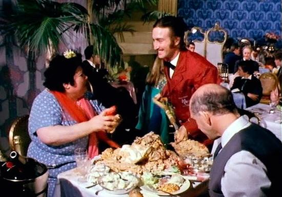 John Lennon alimenta a tia de Ringo