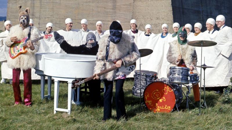Os Beatles durante a performance de I Am The Walrus