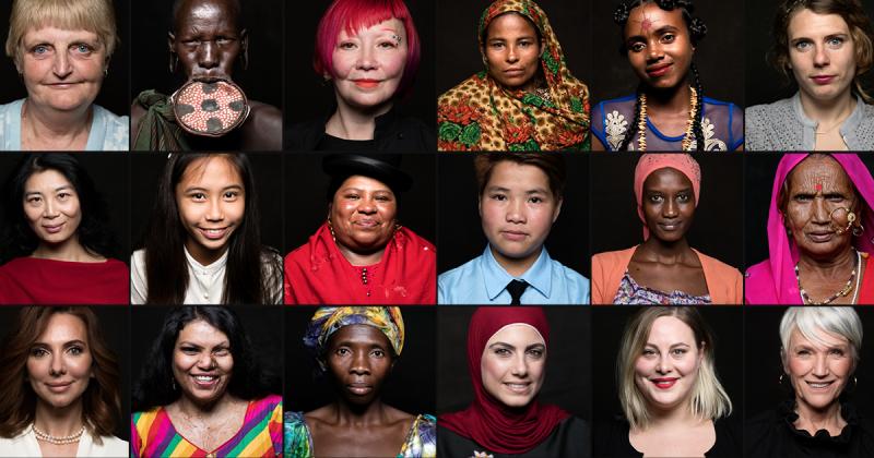 Mulher entrevista mulheres de lugares e culturas diferentes