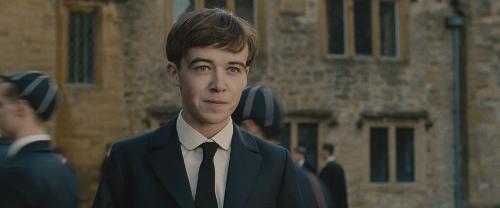 Alex Lawther no papel de Turing na adolescência
