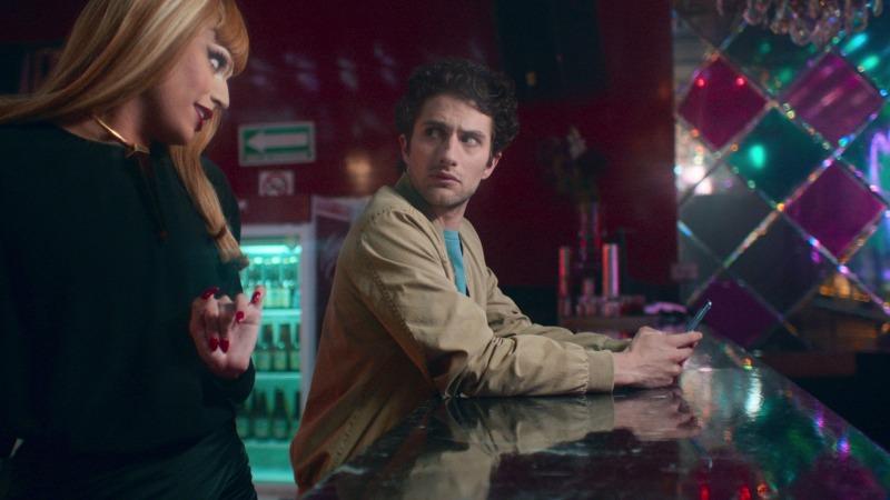 Valentina Bagni e Dario Yazbek Bernal em cena da série