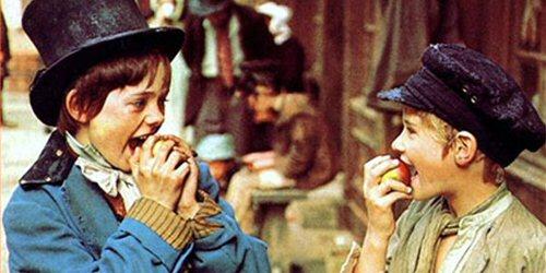 O filme dá uma modernizada a obra de Dickens, mas ainda é fiel