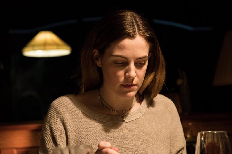 Riley Keough é Grace em O Chalé