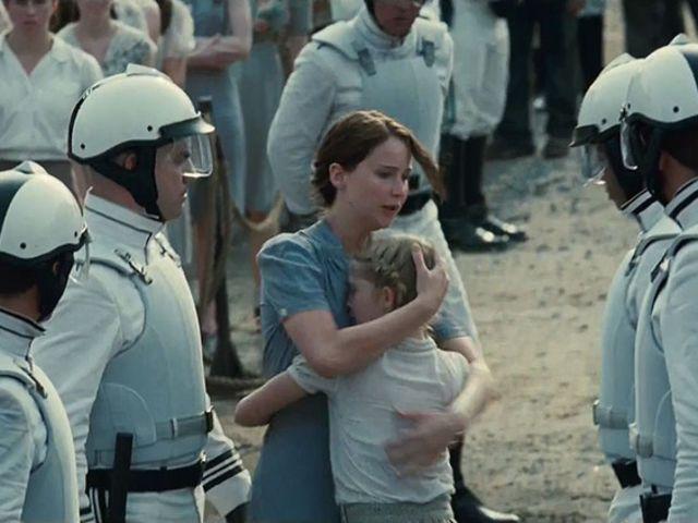 Katniss e a irmã, Primrose, em Jogos Vorazes