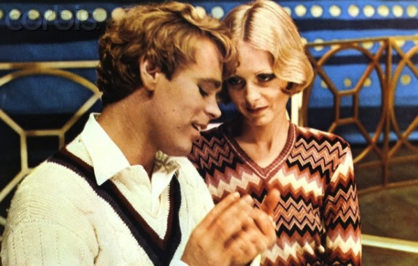 Polly se apaixona por Tony, o protagonista da peça