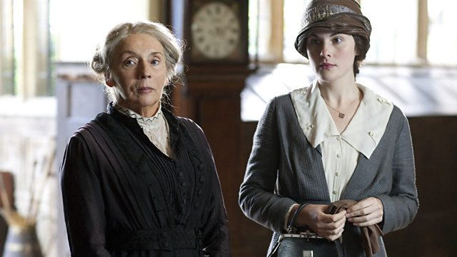 Michelle Dockery e Sue Johnston em cena de Turn of The Screw - A Outra Volta do Parafuso