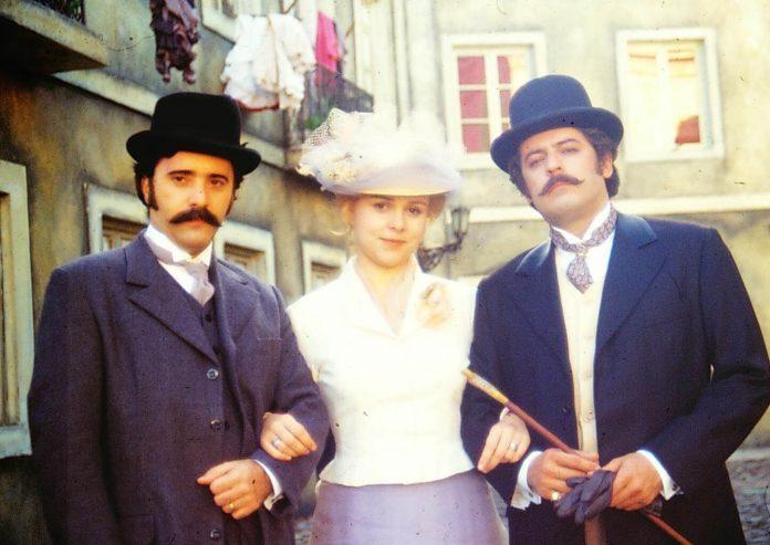 Tony Ramos, Giulia Gam e Marcos Paulo em cena da minissérie O Primo Basílio
