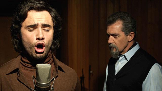 Toby Sebastian e Antonio Banderas em cena de A Música do Silêncio
