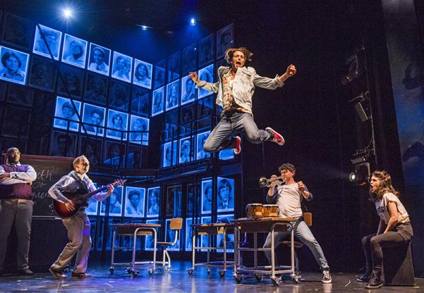 A peça fala sobre um grupo de jovens buscando fama