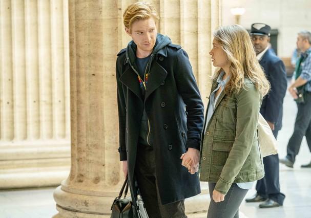 Merritt Wever e Domhnall Gleeson em cena da série