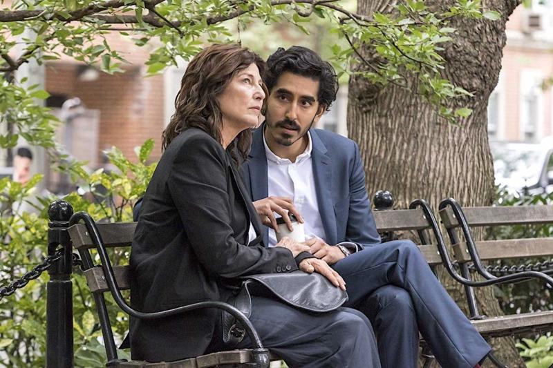 Catherine Keener e Dev Patel em cena de Amor Moderno