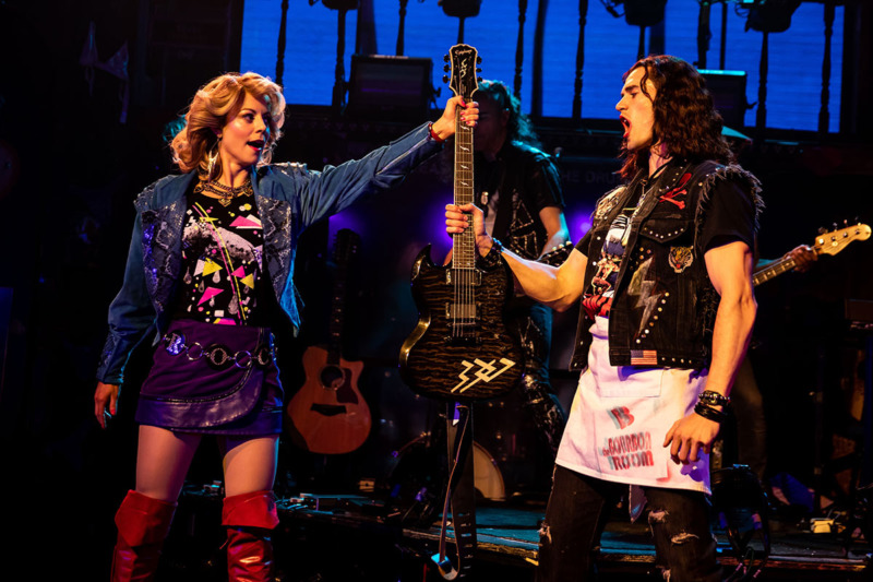 Cena da montagem da Broadway de Rock of Ages