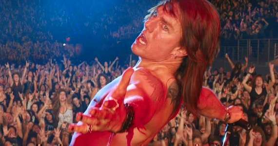 Tom Cruise em cena do filme Rock of Ages