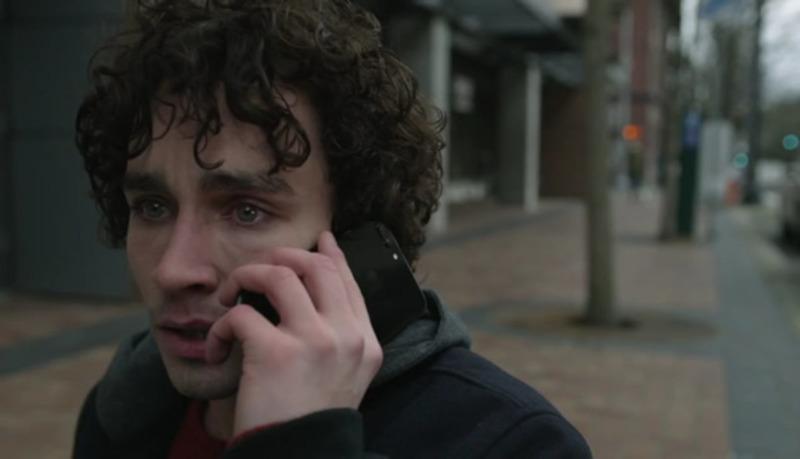 Robert Sheehan em cena do filme Bad Samaritan