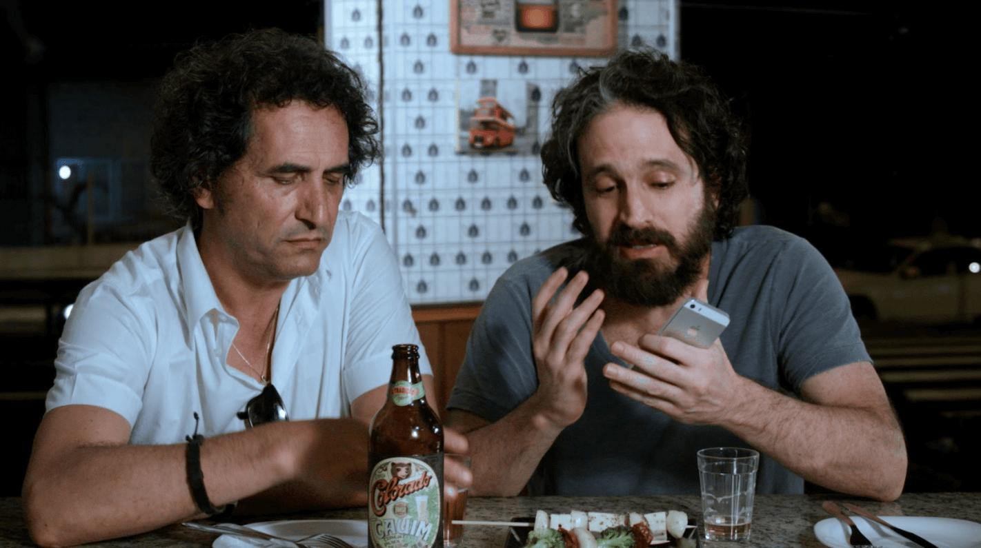 Eric Belhassen e Caco Ciocler em cena de AmarAção