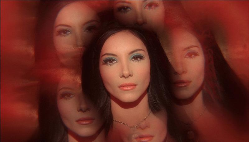 A Bruxa do Amor mergulha na estética dos anos 60 e 70