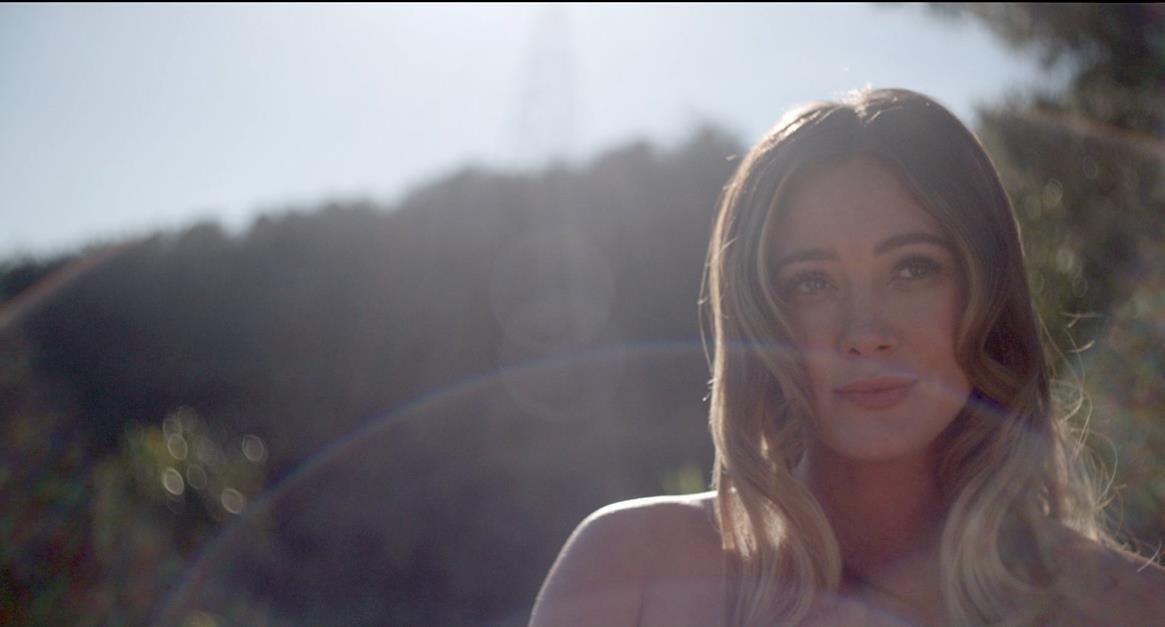 Hilary Duff como Sharon Tate em A Maldição de Sharon Tate