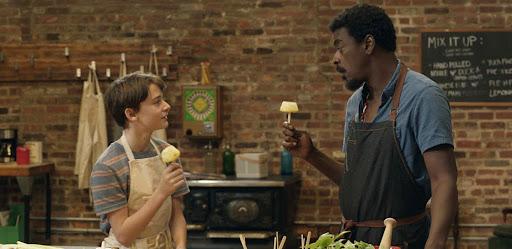 Abe acompanha um garoto que gosta de cozinhar