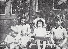 John Lennon com os primos e a irmã, Julia