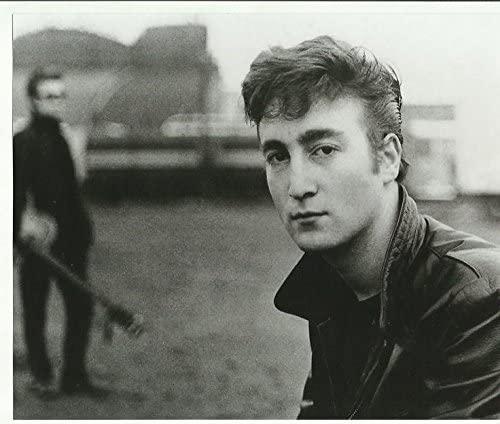 A adolescência de Lennon é importante porque é um caminho para o que ele iria se tornar