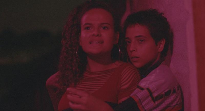 O filme acompanha uma menina no meio do skate